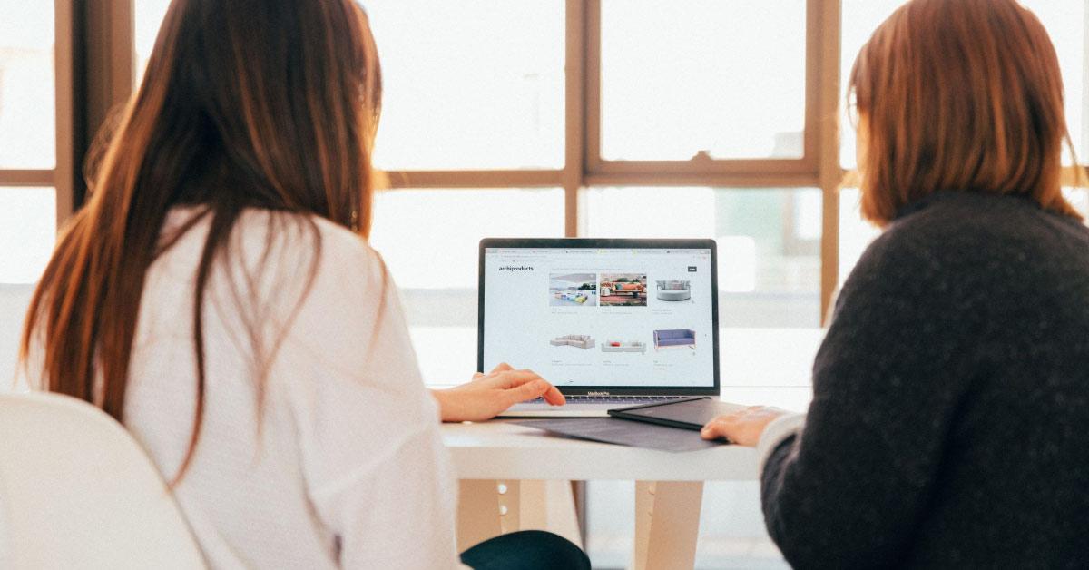 2 women using a laptop